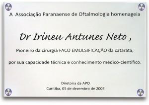 Placa em homenagem ao Dr. Irineu Antunes Neto